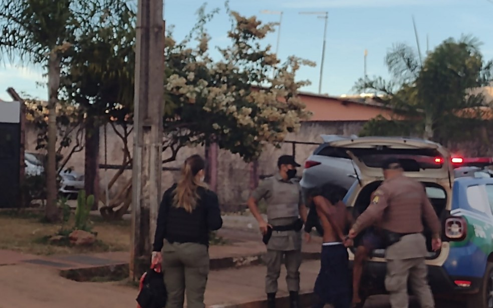 Presos chegam à delegacia de Águas Lindas durante cumprimento de mandados da operação Anhanguera — Foto: Danilo Moreira/TV Anhanguera
