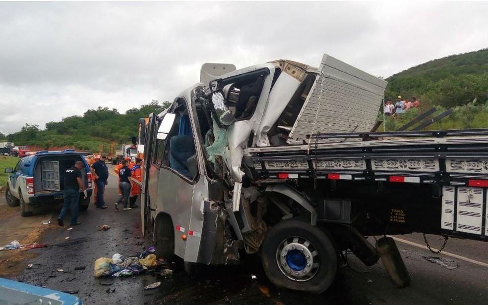 Frente do caminhão entrou no micro-ônibus (Foto: David Fortunato/TV Sudoeste)
