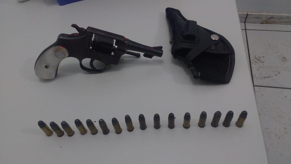 Mulher disse que a arma pertencia ao pai dela, que morreu há quatro meses (Foto: Polícia Militar/Divulgação)