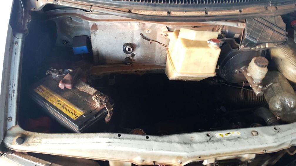 No compartimento do motor, os agentes encontraram um fundo falso lotado de eletrônicos e baterias de telefones celulares trazidos ilegalmente do Paraguai (Foto: BPFron/Divulgação)