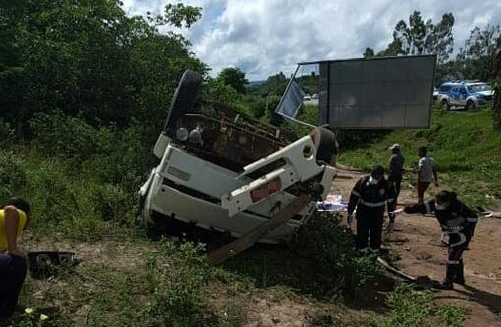 Acidente, que ocorreu na BR-101, n altura de Muritiba,deixou duas pessoas mortas. — Foto: Site do Voz da Bahia/Fábio Santos