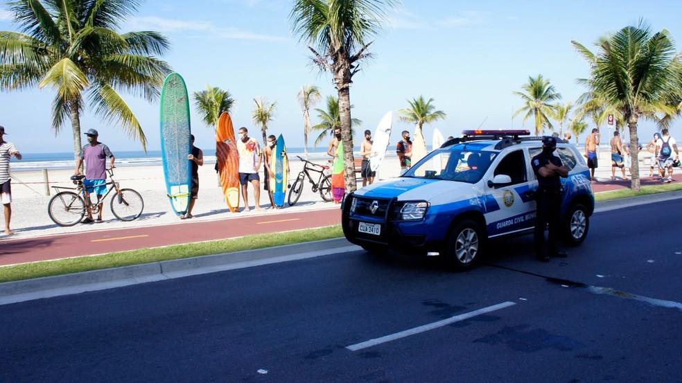 GCM orientou os surfistas sobre decreto que proíbe o acesso à faixa de areia — Foto: Arquivo Pessoal/Anderson Forgane