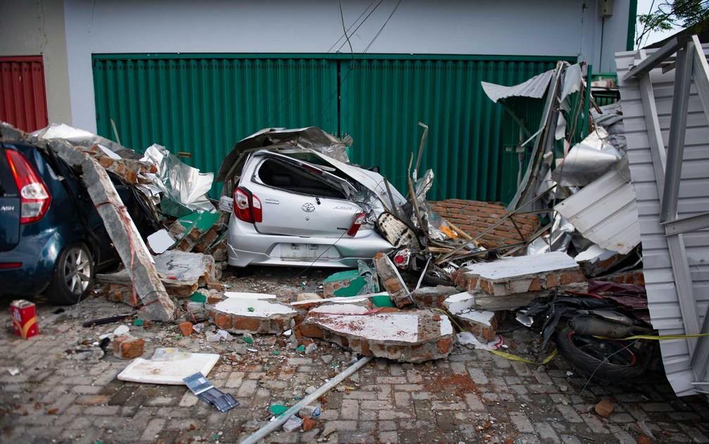 Carros danificados no centro de Sulawesi — Foto: Bay Ismoyo / AFP