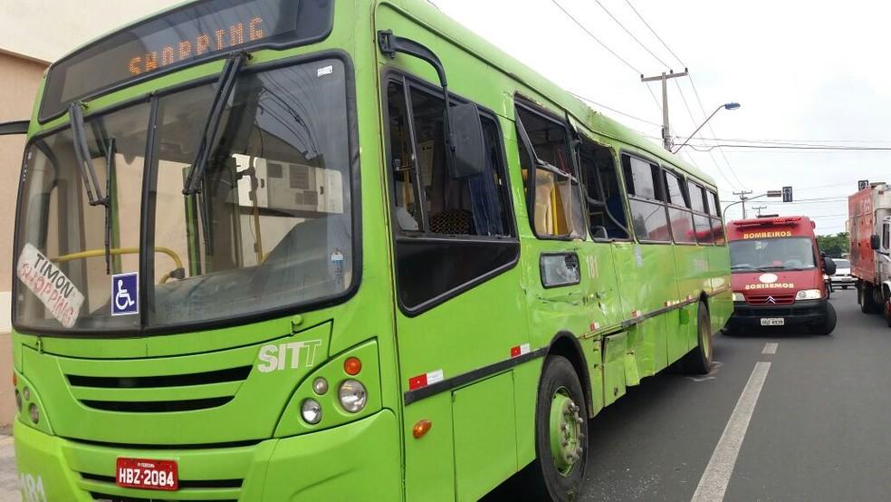 Ônibus da linha Três Andares/Monte Castelo colidiu frontalmente contra a lateral do ônibus da linha Timon/Shopping. (Foto: José Marcelo/G1)