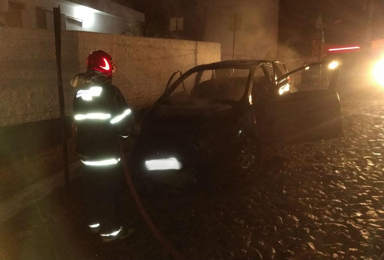 Carro é destruído após ser incendiado em Barbacena - Notícias - Plantão Diário