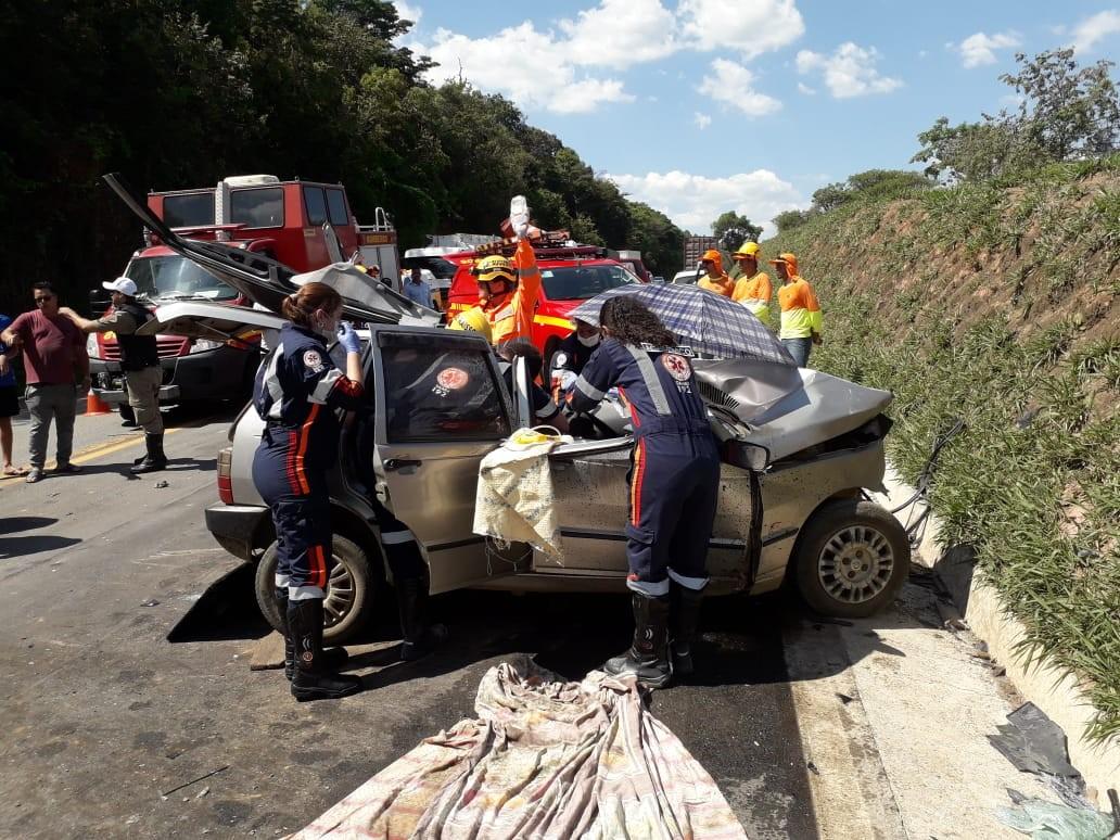 Acidente entre carro e caminhão deixa morto e ferido no trevo de São Sebastião do Oeste - Notícias - Plantão Diário