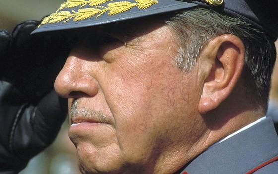 O general Augusto Pinochet governou o Chile entre 1973 e 1990, em ditadura responsável pela morte ou desaparecimento de 4 mil pessoas, e manteve milhões de dólares no exterior (Foto: GREG SMITH/CORBIS/GETTY IMAGES)