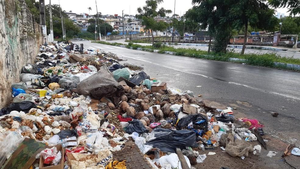 Avenida do Contorno, na Cidade Alta, Zona Leste de Natal, com acúmulo de lixo — Foto: Sérgio Henrique Santos/Inter TV Cabugi