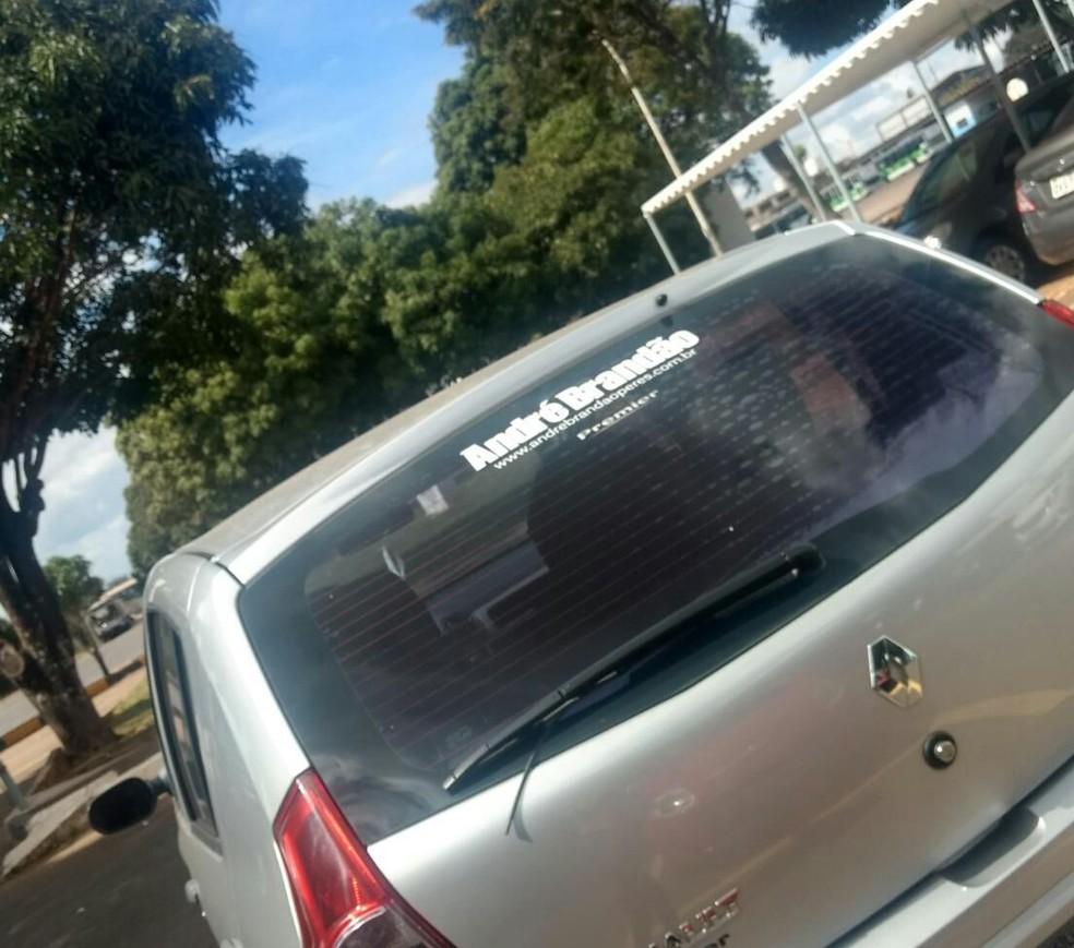 Carro na TCB com adesivo fazendo propaganda para campanha de André Brandão (Foto: Arquivo Pessoal)