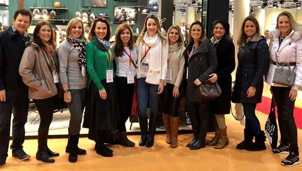 O grupo de profissionais e lojistas selecionados pela Roca Cerâmica Brasil para ir a Maison&Objet em Paris com visita guiada pela diretora de Casa e Jardim, Thaís Lauton (Foto: Divulgação)