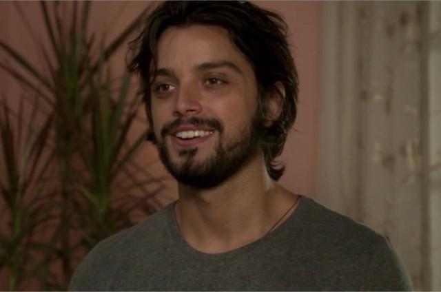 Rodrigo Simas é Alejandro (Foto: TV Globo)
