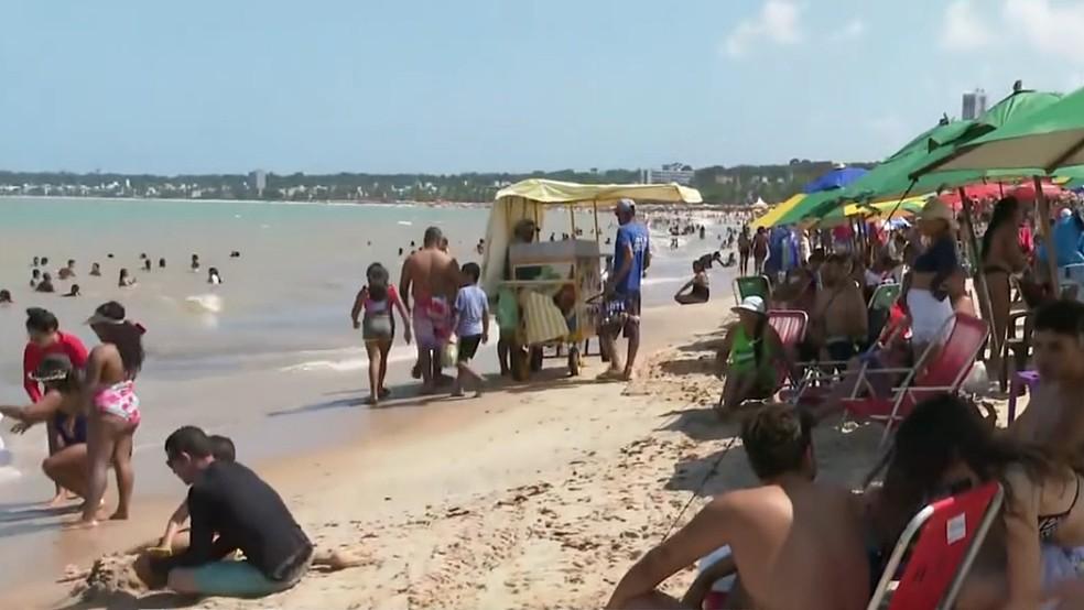 Praia do Cabo Branco, em João Pessoa, registra aglomerações e pessoas sem máscaras — Foto: Reprodução/TV Cabo Branco