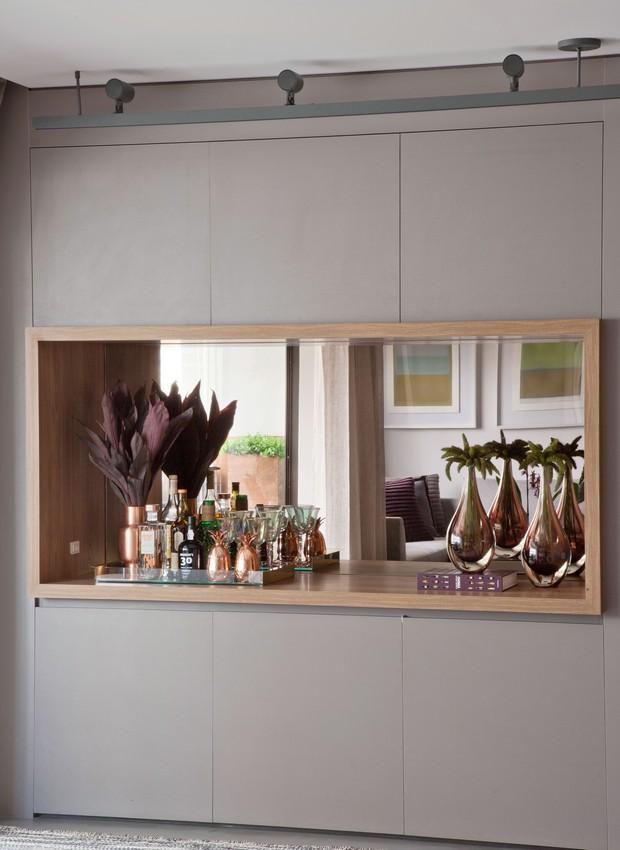 Detalhe da marcenaria na cor fendi, neutra e elegante (Execução da Scopo Design). O nicho à meia altura se transformou em bar tendo um espelho como fundo (Foto: Luís Gomes)