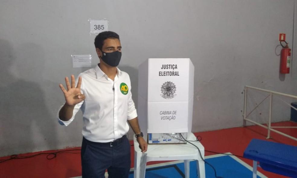 JHC (PSB), candidato a prfeito de Maceió, votou no Colégio Anchieta. — Foto: Carolina Sanches/TV Gazeta