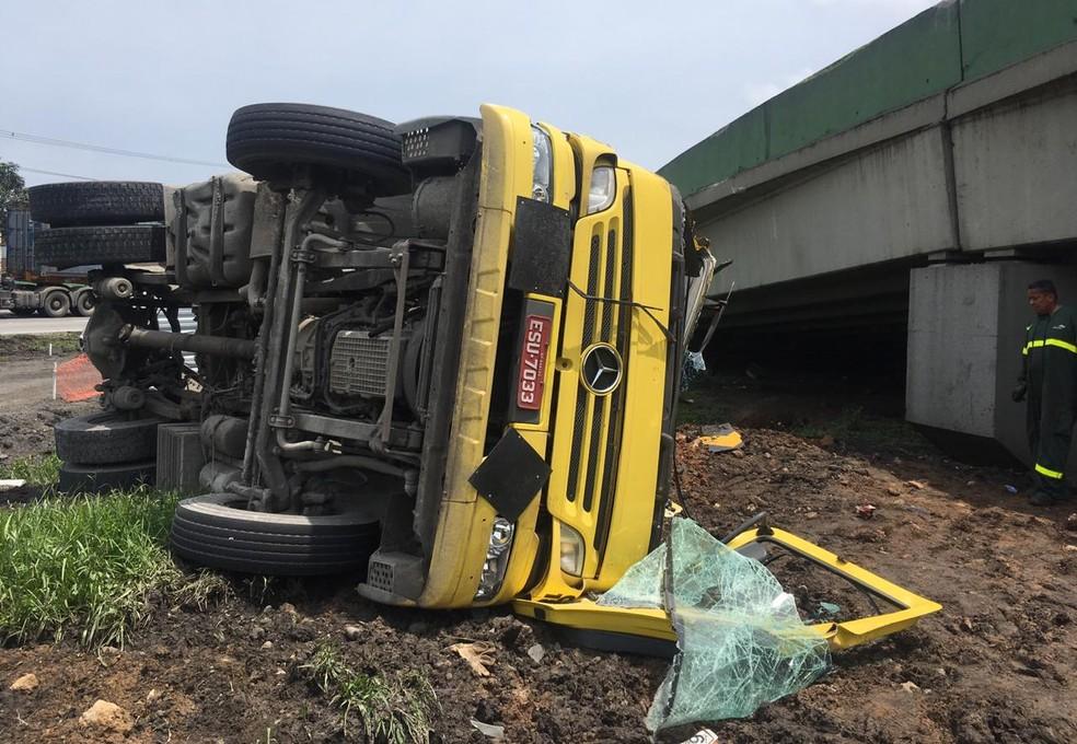 Caminhão caiu do Viaduto da Alemoa em Santos, SP — Foto: Solange Freitas/G1