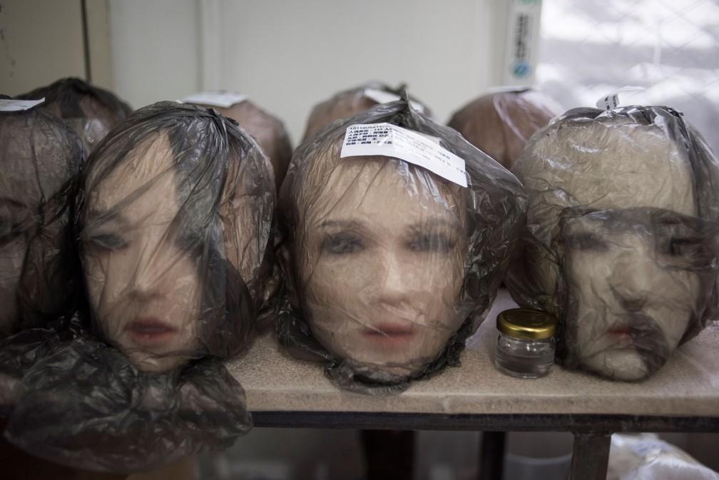 """Além de bonecas extremamente bem-acabadas, inteligência artificial contribui para que elas """"falem"""" com seus donos (Foto: Fred Dufour/AFP )"""