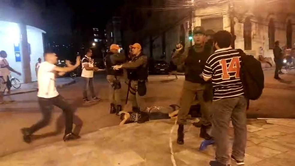Polícia militar foi acionada para conter tumulto em festa do Santa Cruz, no Centro do Recife, nesta segunda (3) — Foto: Reprodução/WhatsApp