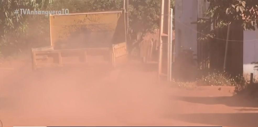 Caminhão deixa rastro de poeira em avenida do Santo Amaro — Foto: Reprodução/TV Anhanguera