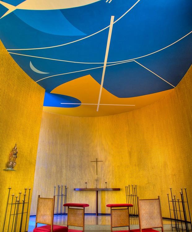 Desenhos de Athos Bulcão decoram o altar da capela dedicada à Nossa Senhora da Conceição (Foto: Ichiro Guerra/Reprodução)
