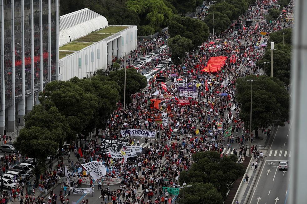 Protestos contra Bolsonaro e a favor de vacinas no Rio de Janeiro neste sábado (19). — Foto: Ricardo Moraes/Reuters
