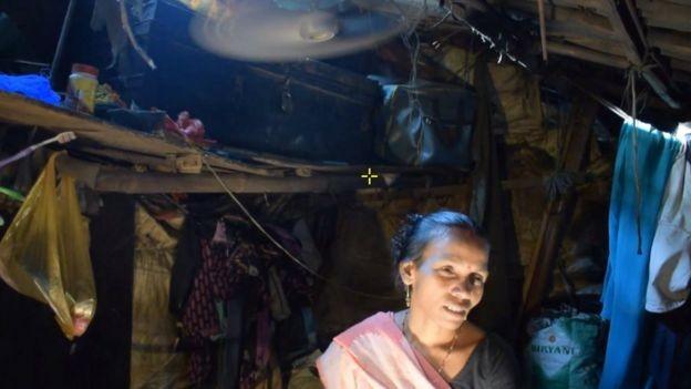 Savita afirma que as mulheres são vítimas constantes de comentários obscenos e persequição ao irem a áreas usadas como banheiros ao ar livre (Foto: BBC)