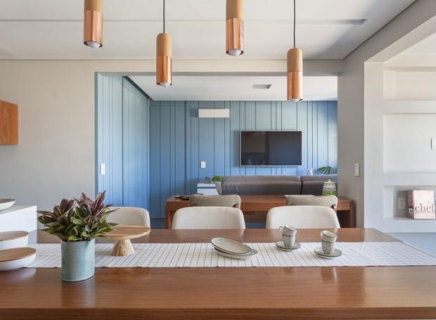Visto da cozinha, o painel de laca parece um volume independente da sala. Utilizar a cor para delimitar os espaços sem a necessidade de divisórias deixa o ambiente mais acolhedor (Foto: Marco Antonio/Divulgação)