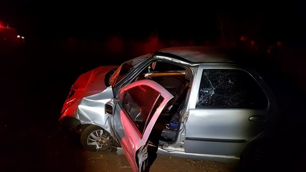 Carros ficaram destruídos após batida (Foto: Votuporanga Tudo)