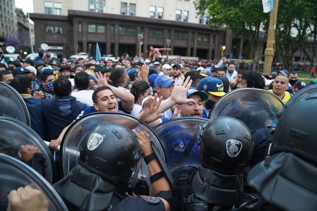 Princípio de confusão entre fãs e polícia em frente à Casa Rosada, durante o velório de Maradona — Foto: Ivan Pisarenko / AFP