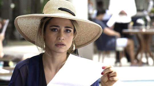 Teaser: Sandra Helena fica surpresa ao receber intimação