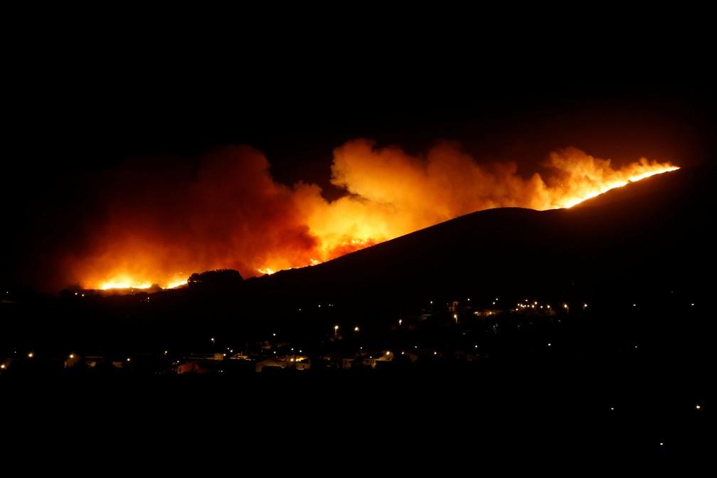 Incêndio atingia a Serra de Sintra, em Portugal, na madrugada deste domingo (7)  — Foto: Pedro Nunes/ Reuters