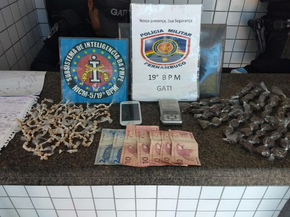 Crack, maconha e balança de precisão foram apreendidos pela PM com o homem preso (Foto: Polícia Militar/Divulgação)