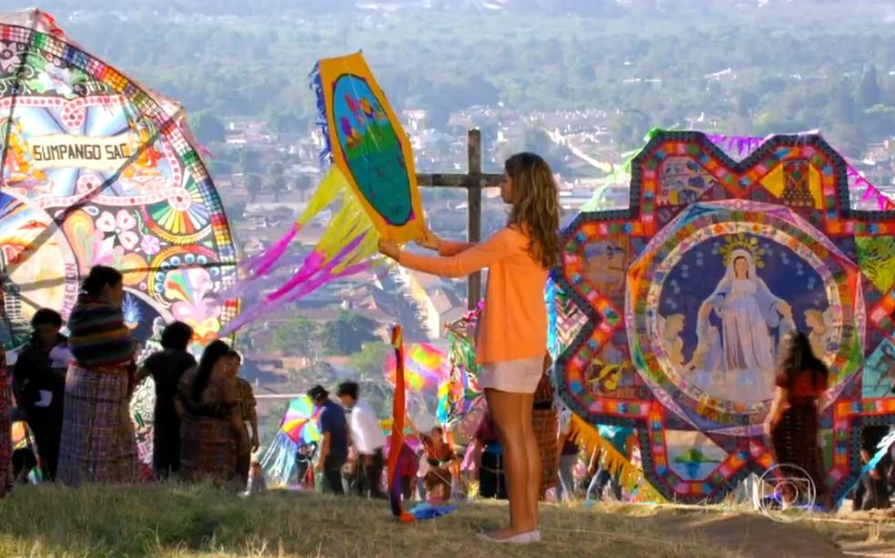 Ester (Grazi Massafera) participa de homenagem ao mortos, em 'Flor do Caribe' — Foto: Globo
