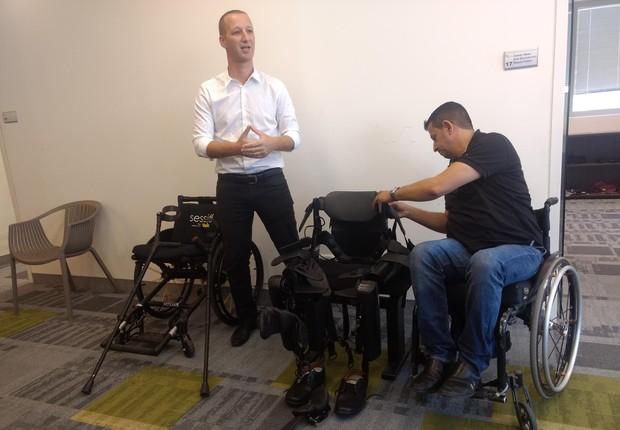 Radi Kauf, em cadeira de rodas, prepara-se para usar exoesqueleto (Foto: Época NEGÓCIOS)