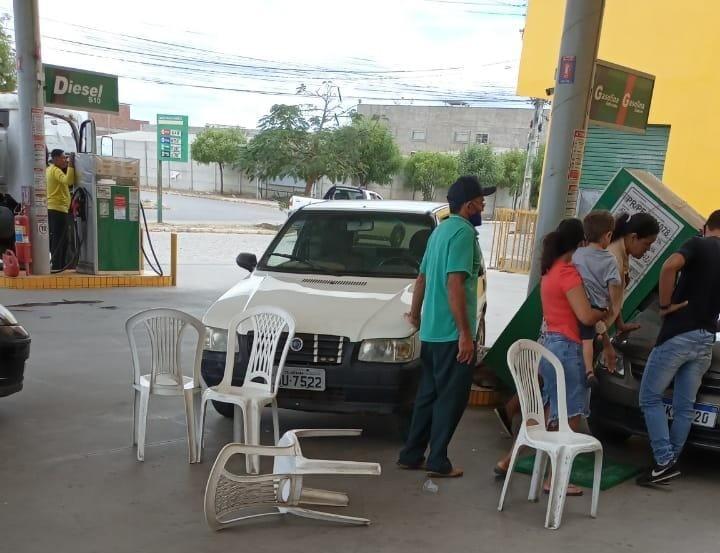 Mulher perde controle de carro, invade posto e bate em bomba de gasolina em Santa Cruz do Capibaribe