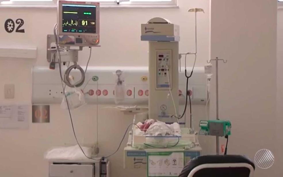 Após ser encontrado, bebê foi levado para hospital de Feira de Santana (Foto: Imagem/TV Subáe)