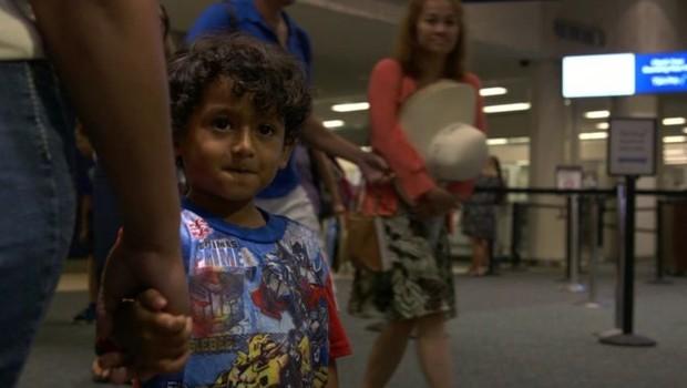 Yair, de 5 anos, esteve separado do irmão por quase três meses; no México, o pai de Brayan foi orientado a tentar entrar primeiro nos EUA com o filho mais velho (Foto: Paul Harris/BBC)