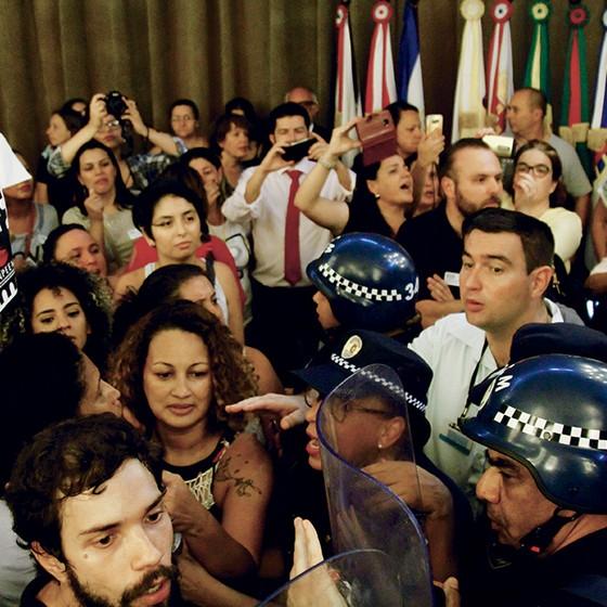 Luciana Xavier no momento em que entrava na Câmara Municipal de São Paulo ao lado de outros manifestantes para protestar contra a reforma previdenciária proposta por Doria (Foto: Aloisio Mauricio/Fotoarena/Agência O Globo)