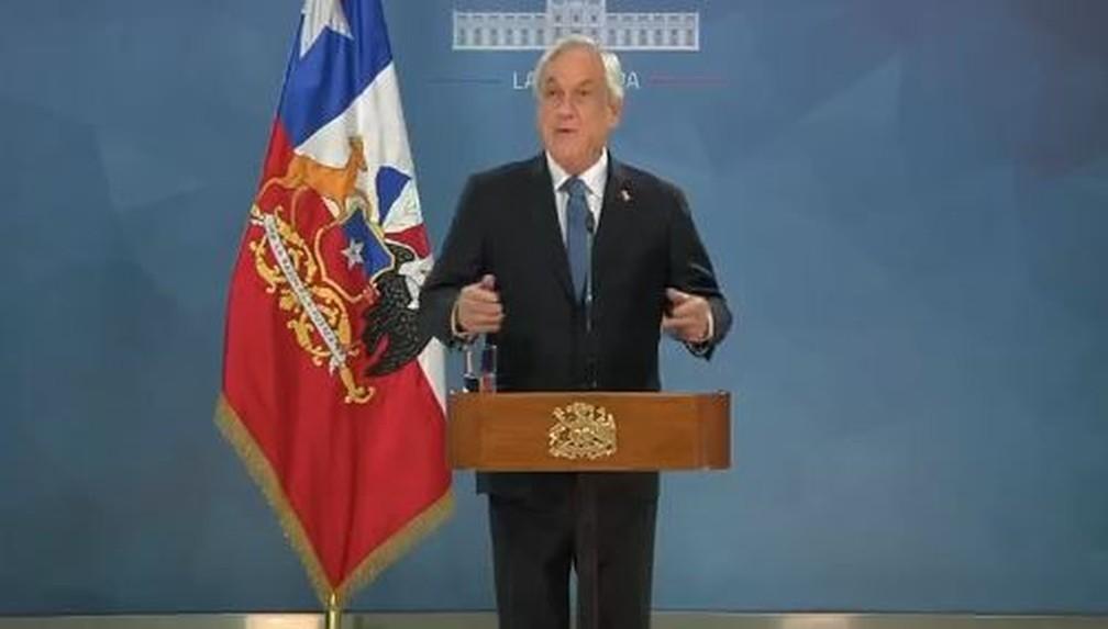 O presidente chileno Sebastián Piñera, durante pronunciamento público na noite de segunda-feira  — Foto: Reprodução/Twitter