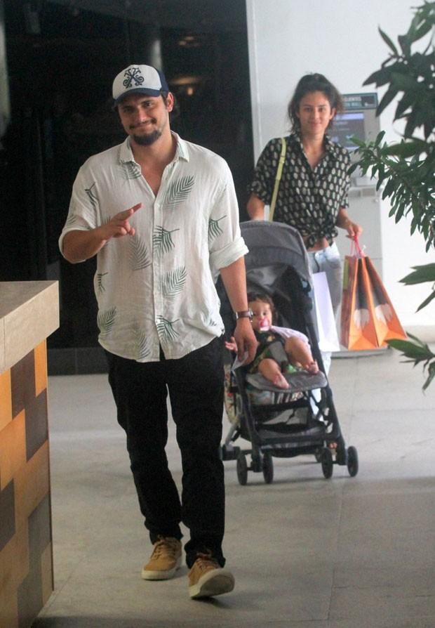 Bruno Gissoni e Yanna Lavigne passeiam com a filha, Madalena (Foto: AgNews / Daniel Delmiro)