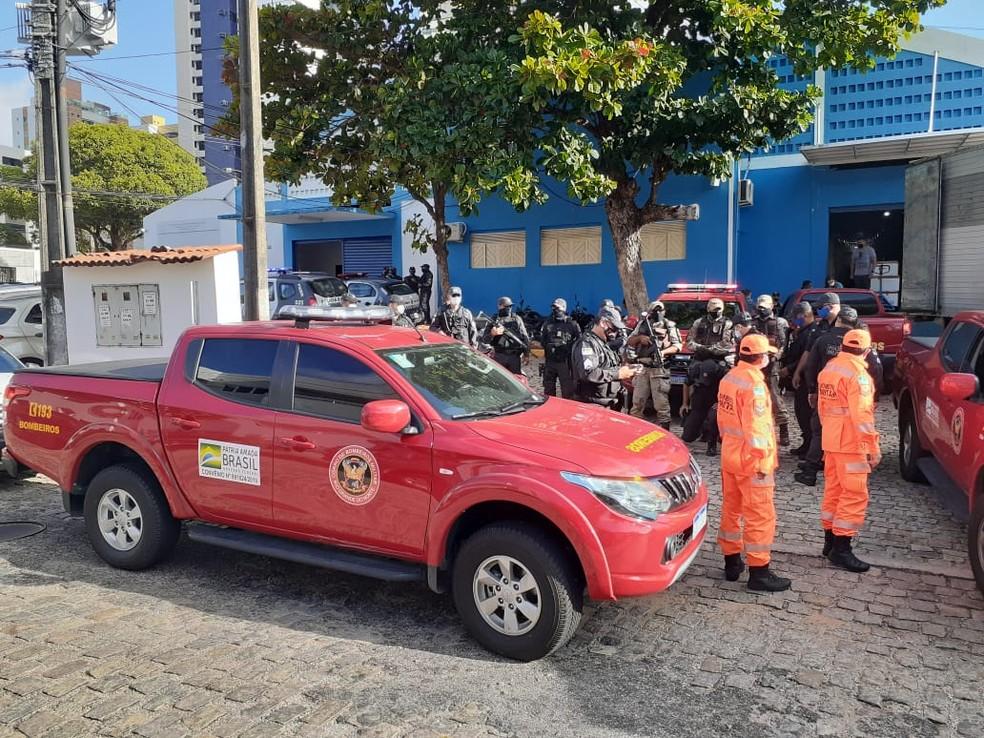 Doses da CoronaVac são transportadas por viaturas do Corpo de Bombeiros — Foto: Kléber Teixeira / Intertv Cabugi