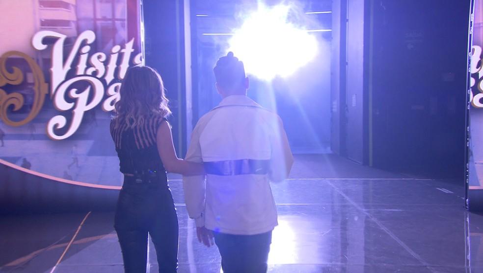 Sandy e Junior se encaminham para a porta do 'Visitando o Passado' no 'Caldeirão': 'Estou nervoso', disse o cantor — Foto: TV Globo