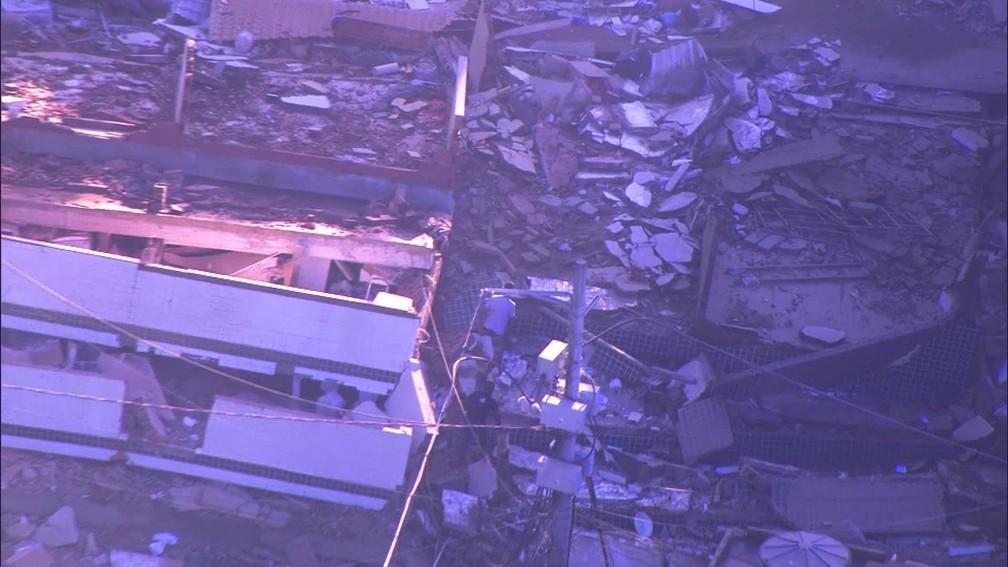 Moradores fazem buscas em escombros de prédio na comunidade da Muzema, na Zona Oeste do Rio — Foto: Reprodução/ TV Globo
