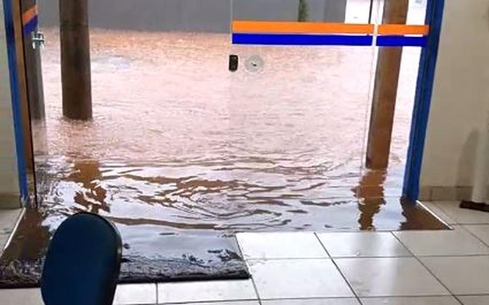 Estabelecimentos foram invadidos pela água da chuva em Votuporanga (SP) — Foto: Arquivo Pessoal