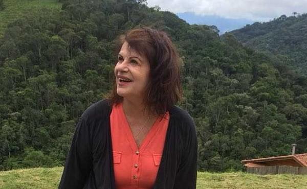 A jornalista Rita Luz em sua casa, na região de Visconde de Mauá