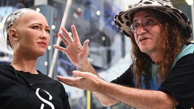 Ben Goertzel apresenta a robô humanoide Sophia (Foto: SINGULARITYNET/BBC)