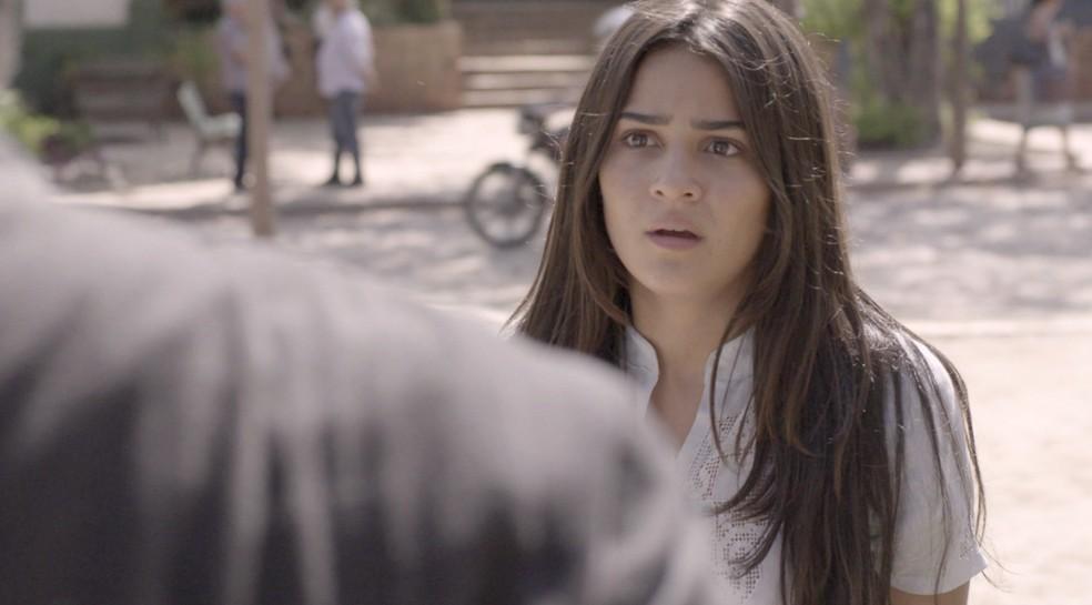 Elisa (Giullia Buscacio) fica aflita ao não encontrar Milu (Zezé Polessa), em 'O Sétimo Guardião' — Foto: TV Globo
