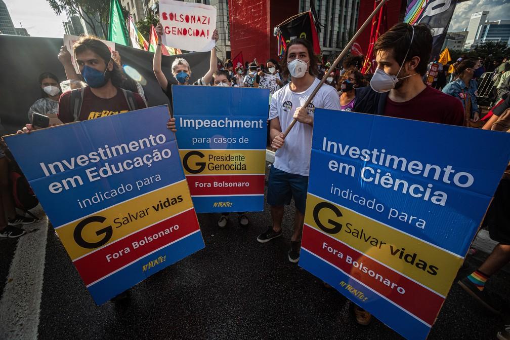 São Paulo - Manifestantes usam caixas de remédio para protestar contra o presidente Jair Bolsonaro neste sábado (29) na Avenida Paulista — Foto: Taba Benedicto/Estadão Conteúdo