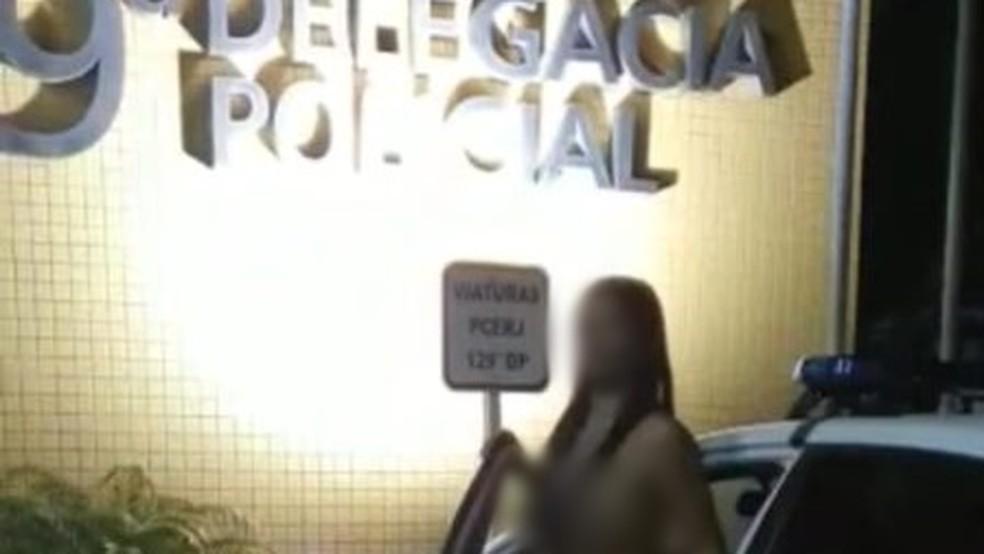 Imagem mostra mulher nua saindo de viatura da 129ª DP em Iguaba Grande, no RJ — Foto: Reprodução/Redes sociais