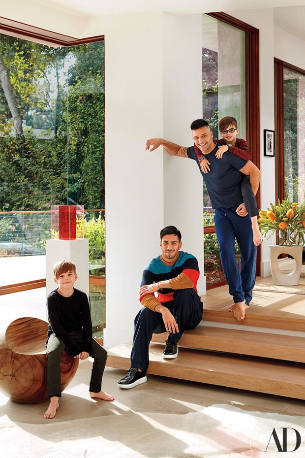 Ricky Martin abre a casa em que vive com os filhos, Matteo e Valentino, e o noivo,  Jwan Yosef (Foto: Architectural Digest / Divulgação)