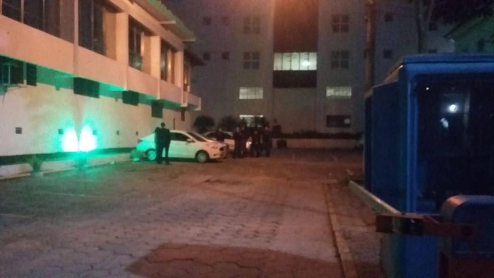 Agentes da polícia cumprem mandado de busca e apreensão na sede da Câmara (Foto: Felipe Basílio/Inter TV)